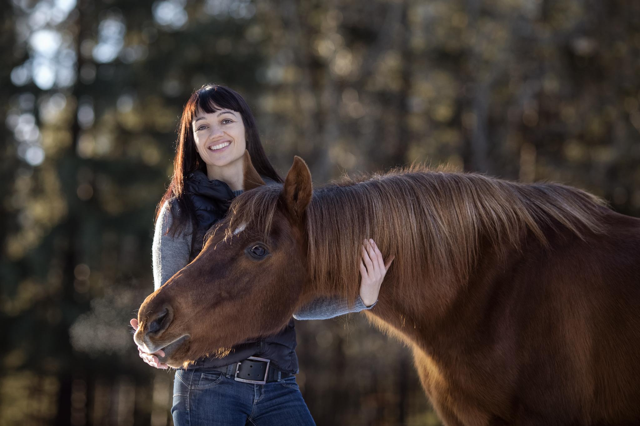 Julia Moll Pferdefotografin mit einem braunen Pferd